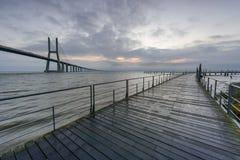 Miastowy krajobraz przy wsch?d s?o?ca Lisbon jest zadziwiaj?cym turystycznym miejsce przeznaczenia Vasco da Gama most jest piękny zdjęcie stock