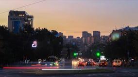Miastowy krajobraz samochody i ludzie z długimi ujawnieniami przeciw tłu budynki, drzewa i niebieskie niebo, dzień zdjęcie wideo