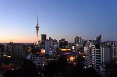 Miastowy krajobrazowy widok Auckland CBD linia horyzontu przy półmrokiem Fotografia Stock