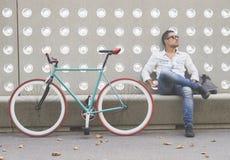 Miastowy mężczyzna obsiadanie na ławce outdoors z zmartwionym wyrażeniem Zdjęcie Royalty Free