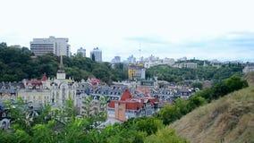 Miastowy miasto z wzgórzami krajobrazy, Kiev pejzaż miejski, Fotografia Stock