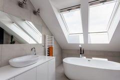 Miastowy mieszkanie - łazienka na attyku obraz stock