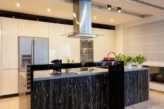Miastowy mieszkanie - Czarny kontuar w kuchni zdjęcia stock