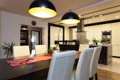 Miastowy mieszkanie - jadalnia i kuchnia obrazy stock