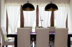 Miastowy mieszkanie - stół w kuchni obraz royalty free