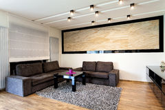 Miastowy mieszkanie - trawertyn w żywym pokoju obrazy stock