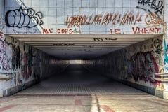 Miastowy podziemny tunel z nowożytnymi graffiti Fotografia Royalty Free