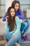 Miastowy portret dwa pięknej dziewczyny Zdjęcie Royalty Free