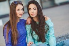 Miastowy portret dwa pięknej dziewczyny Obrazy Royalty Free