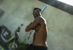 Miastowy portret młody agresywnego i wzburzonego gwałtownego czarnego afrykanina Amerykański mężczyzna używa kija bejsbolowego gr zdjęcie stock