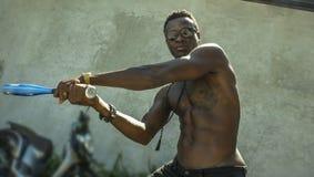Miastowy portret m?ody agresywny i wzburzony gwa?towny czarny afro Ameryka?ski m??czyzna u?ywa kija bejsbolowego gro?enie przy gr zdjęcie royalty free