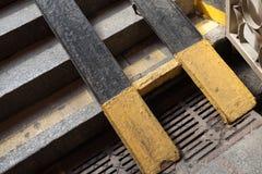 Miastowy przejście podziemne czerep, metali biegacze Fotografia Royalty Free