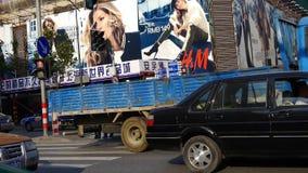 Miastowy ruch drogowy, chińczycy krzyżuje ruchliwej ulicy Szanghaj w centrum drogę zbiory