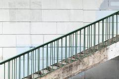 Miastowy schody z zielonymi metali poręczami Fotografia Royalty Free