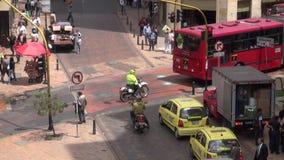 Miastowy skrzyżowanie, ruch drogowy, Pedestrians zbiory wideo