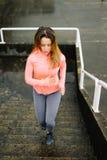 Miastowy sprawności fizycznej kobiety bieg i wspinaczkowi schodki fotografia stock