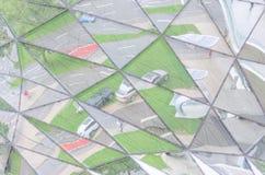 Miastowy styl życia odbijający w odzwierciedlającej szklanej ścianie Obrazy Royalty Free
