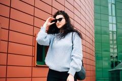 Miastowy stylowy poj?cie Zamyka w górę portreta modna nastoletnia dziewczyna w okularach przeciwsłonecznych pozuje na miasto ulic obrazy royalty free