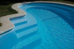 Miastowy swimmingpool niektóre popielaty w słonecznym dniu Zdjęcie Stock