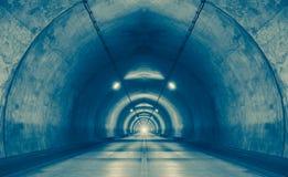 miastowy tunel przy górą bez ruchu drogowego Obrazy Royalty Free
