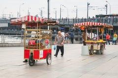 Miastowy uliczny jedzenie, fury z simit i kukurudza, Zdjęcia Royalty Free