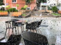 Miastowy widok deszcz krople spada na okno podczas burzowego dnia w Burgas, Bułgaria zdjęcie royalty free