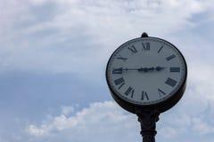 Miastowy zegar na tle chmurny niebo obrazy royalty free
