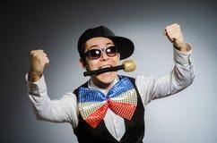 Смешной человек с mic в концепции караоке Стоковые Фото