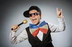 Смешной человек с mic в концепции караоке Стоковые Изображения RF