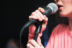 Mic och oigenkännligt slut för kvinnlig sångare upp Arkivfoto