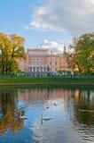 Michael Castle o los ingenieros se escuda en la charca de St Petersburg, de Rusia y de Karpiev en jardín del verano Imágenes de archivo libres de regalías