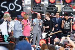 Michael Clifford, Ashton Irwin, Al Roker, Savannah Guthrie, Matt Lauer, Luke Hemmings, Carson Daly, Calum Hood Images stock