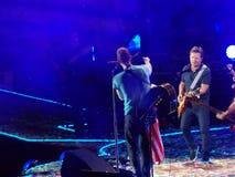 Michael J O Fox junta-se à faixa Coldplay durante o concerto Imagens de Stock Royalty Free