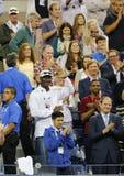 Michael Jordan atende à primeira harmonia do círculo entre Roger Federer de Suíça e Marinko Matosevic de Austrália no US Open 201 Fotos de Stock