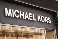 Michael Kors logo på ett lager Michael Kors Holdings Limited är ett amerikanskt modeföretag Arkivbild