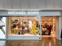 Michael Kors-Schaufenster in Meadowhall, Sheffield, South Yorkshire, Gro?britannien, welches die neueste Mode zeigt lizenzfreie stockbilder