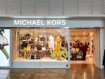 Michael Kors-Schaufenster in Meadowhall, Sheffield, South Yorkshire, Gro?britannien, welches die neueste Mode zeigt lizenzfreie stockbilder