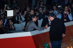 Michael Moore op het rode tapijt wordt geïnterviewd dat stock fotografie