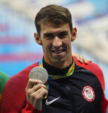 Michael Phelps von Vereinigten Staaten während der Medaillenzeremonie nach Männer ` s 100m Schmetterling des Rios 2016 Olympics Stockfotografie