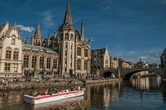 Michael ` s most, ludzie i Gocki budynek w Ghent, Zdjęcie Royalty Free