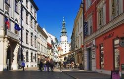 Michael toren en een straat van Bratislava Royalty-vrije Stock Afbeeldingen