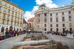 Michaelerplatz a Vienna con romano e medievale immagine stock
