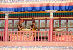 Michaelita bawić się tradycyjnych Ladakhi instrumenty muzycznych, trąbki podczas rocznego Hemis festiwalu w Ladakh i, India obraz royalty free