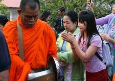 Michaelita chodzą przepustek ludzi który zapewnia one foods przy Sangkhl Obraz Stock