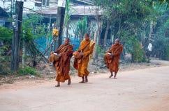 Michaelita chodzą w wczesnym poranku w Isan wiosce w Sakon Nakhon prowinci, Tajlandia fotografia stock