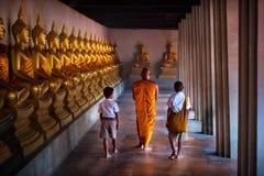 Michaelita i holowniczy chłopiec uczeń przy Złotą Buddha statuą, Makhabucha dzień obraz stock