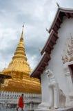 Michaelita i złota pagoda, Phrathat Chaehaeng, Nan, Tajlandia Zdjęcia Royalty Free