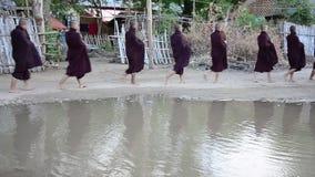 Michaelita korowodu odprowadzenie na drodze dla ludzi modli się karmowe ofiary i stawia zbiory wideo