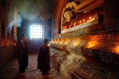 Michaelita ono modli się z świeczką w Bagan, Myanmar Fotografia Stock