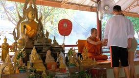 Michaelita supła faborek, arkanę turyści przy Buddyjską świątynią lub raj i piekło Tajlandia zbiory wideo